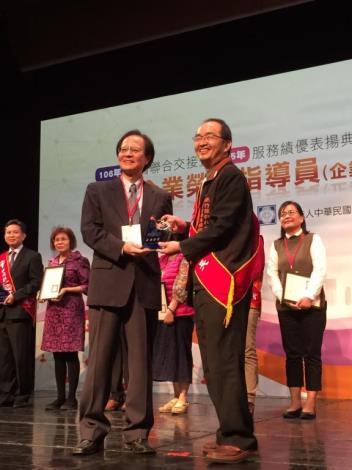 新竹縣中小企業榮指員北區唯一獲經濟部105年度服務進步卓越獎 共3張圖片